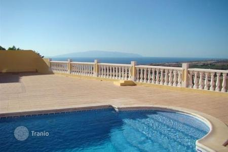 4 bedroom houses for sale in Costa Adeje. Villa with terrace and swimming pool in the area of Torviscas Alto, Costa Adeje, Tenerife