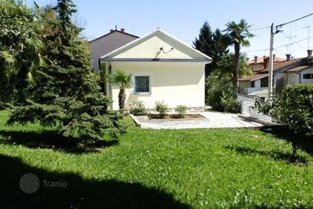 Coastal property for sale in Primorje-Gorski Kotar County. A cozy house with sea views in Opatija