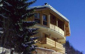 Chalets for rent in Morzine. A comfortable chalet with 6 bedrooms and bathrooms, a living room with a fireplace, a jacuzzi and a private parking, Morzine, France