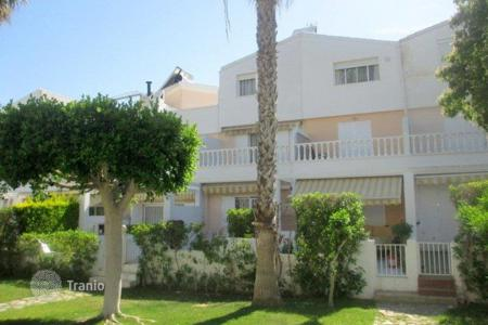 Coastal property for sale in Guardamar del Segura. 3 bedroom townhouse with garden and access to communal pool, walking distance to the beach, in Guardamar del Segura