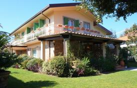 5 bedroom villas and houses by the sea to rent in Italy. Villa – Forte dei Marmi, Tuscany, Italy