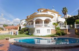 Houses with pools for sale in Benalmadena. Comfortable villa with a swimming pool, a terrace, a landscaped garden, a garage and a sea view, Benalmadena, Spain