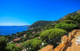Luxury houses for sale in Èze. Villa in the style of Provence with panoramic views of the bay and the peninsula of Cap Ferrat