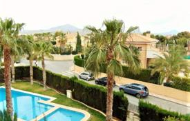 Coastal apartments for sale in El Campello. 3 bedroom apartment, with parking and storage in complex with pool walking distance to Muchavista beach, Campello