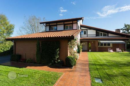 Houses for sale in Basque Country. Modern villa with a well-maintained garden and just 10 minutes from the beach near Bilbao, Spain