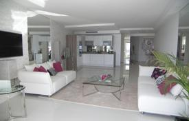 Luxury 2 bedroom apartments for sale in Côte d'Azur (French Riviera). Renovated apartment with a terrace and sea views in a residence with a concierge and a parking, Cannes, France