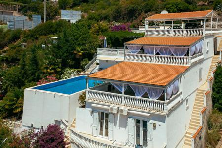 Houses with pools by the sea for sale in Montenegro. Three-level villa in Dobra Voda