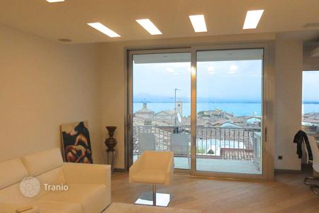 Penthouses for sale in Desenzano del Garda. Three-bedroom penthouse with lake view, Desenzano del Garda