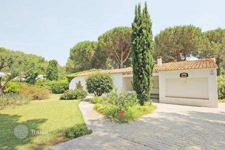 4 bedroom houses for sale in Costa Brava. Villa in a large plot in Escala, Spain