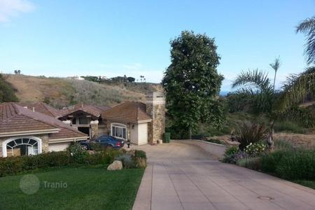 5 bedroom houses for sale in North America. Estate overlooking the ocean in Malibu