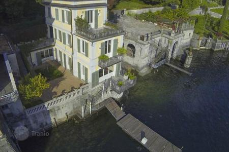 Luxury 3 bedroom houses for sale in Italy. Detached house right on the lake