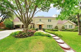 Property for sale in Texas. Very spacious house with a large landscaped area, a garage, a wine cellar and a comfortable layout, Fort Worth, USA