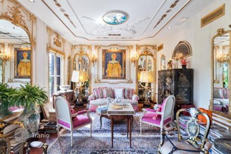 Luxury apartments for sale in Spain. Apartment with antique furniture and a view of Passeig de Gràcia, in the center of the Eixample district, Barcelona, Spain