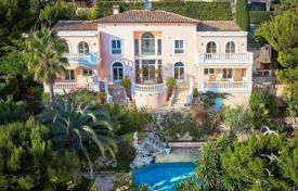 Luxury 5 bedroom houses for sale in Villefranche-sur-Mer. Villa in classic style with a panoramic view of the sea, the peninsula of Cap Ferrat in Villefranche sur Mer