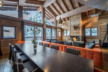 5 bedroom villas and houses to rent in Courchevel. Chalet with mountain view terraces, a fireplace and a jacuzzi, with direst access to the slopes, Courchevel, France