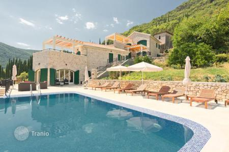 Property for sale in Montenegro. The apartment is in excellent residential complex in the town Lucic