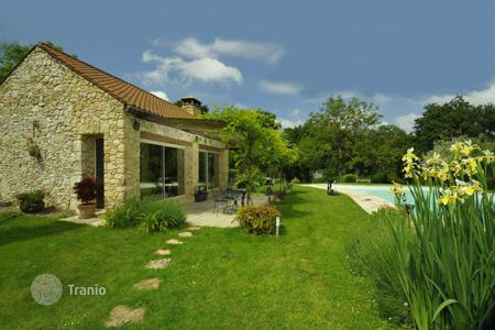 Villas and houses for rent with swimming pools in Siorac-en-Périgord. Le Petit Nid