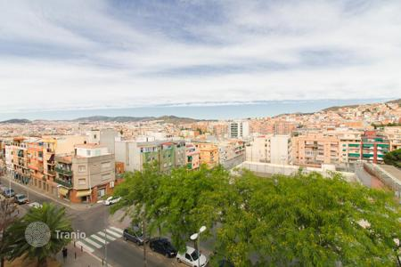 Cheap 3 bedroom apartments for sale in Catalonia. For sale spacious apartment of 80 m² in Badalona. There are 3 bedrooms, 1 bathroom and 1 toilet. TOTALLY RENOVATED and with 2 BALCONIES
