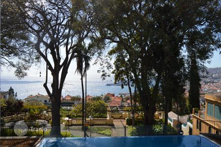 Apartments with pools for sale in Portugal. Magnificent three bedroom apartment in Funchal