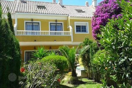 Townhouses for sale in Costa del Sol. The house is located in a nice, gated urbanization with 21 townhouses with two swimming pools and a garden
