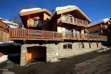 6 bedroom villas and houses to rent in Meribel. Chalet with stunning mountain views in the fashionable ski resort in Meribel, French Alps