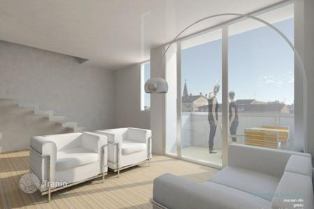 Apartments for sale in Grado. Beautiful penthouse overviewing the Port of the Island of Grado