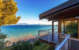 Houses with pools for sale in Lake Garda. Prestigious lakefront villa with picturesque views, a dock berth and an independent apartment in a quiet area, Desenzano del Garda, Italy