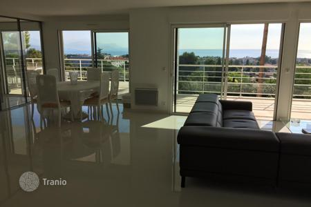 Apartments with pools for sale in Antibes. Magnificent apartment of 155 sqm, with a large terrace benefitting from a wonderful panoramic view over the sea and mountains