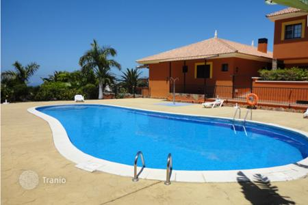 Houses for sale in Tenerife. Fully furnished villa with terrace, garden, pool and ocean view in Madroñal, Tenerife
