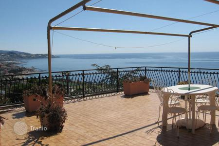 Residential for sale in Liguria. Villa with pool, garden and terraces with panoramic views of the sea in San Remo