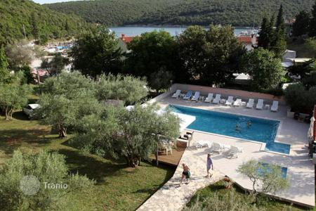 Commercial property for sale in Pula. Three-star hotel with swimming pool and restaurant by the sea near Pula