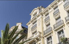Luxury 3 bedroom apartments for sale in Côte d'Azur (French Riviera). Elegant apartment with balconies, in a historic palace near the sea, Nice, Côte d'Azur, France