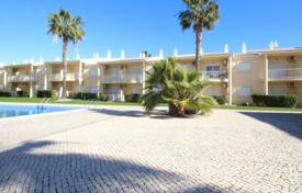 Apartments with pools for sale in Faro. Spacious apartment in a residential complex with a swimming pool, Albufeira, Portugal