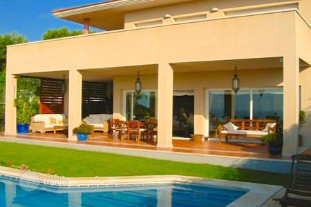 4 bedroom houses for sale in Costa del Garraf. Beautiful house with garden and pool in Santa Barbara, Sitges, Spain