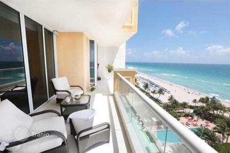 3 bedroom apartments for sale in North America. The apartment with a balcony and panoramic ocean view in a residence with pool and gym next to the beach, in Sunny Isles Beach, Miami