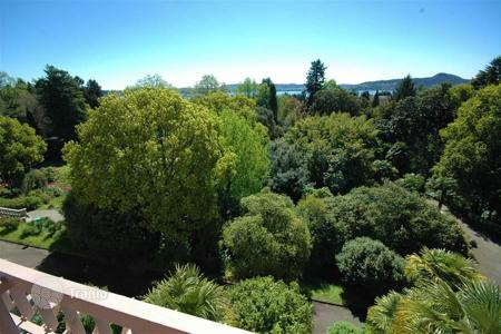 2 bedroom apartments for sale in Lesa. Lesa. Maggiore Lake. On the third floor of a residential complex surrounded by greenery, an apartment with a gorgeous terrace is for sale