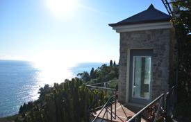 Luxury houses with pools for sale in Liguria. Enchanting villa between Italy and France