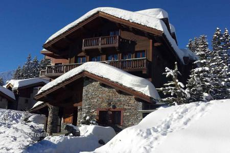 Villas and houses for rent with swimming pools in Auvergne-Rhône-Alpes. Great chalet with excellent service in the fashionable ski resort of Courchevel, French Alps