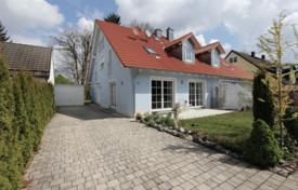 5 bedroom houses for sale in Germany. Comfortable house with a garden and a garage in the prestigious district of Grünwald, Munich, Germany