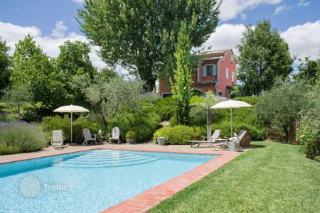 Houses with pools for sale in Montepulciano. Restored farmhouse with swimming pool for sale in Montepulciano