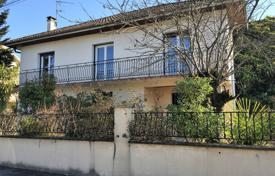 Residential for sale in Pau. Two-storey villa with a spacious garden, in a quiet area of Pau-Hippodrome, Pau, France