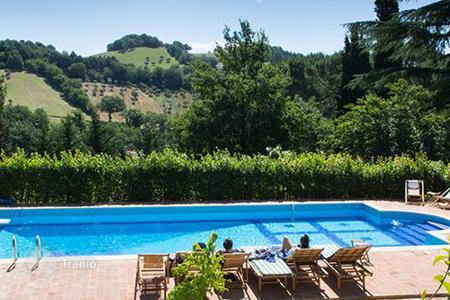 Villas and houses for rent with swimming pools in Macerata. Villa Cesolo