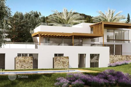 Off-plan residential for sale in Spain. Great villas atop a hill overlooking the sea. Top-quality finishes, modern and contemporary style