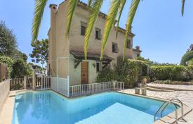3 bedroom houses for sale in Villefranche-sur-Mer. Two-storey villa with a pool, a terrace and a summer kitchen, close to the beach and Monaco, Villefranche-sur-Mer, France