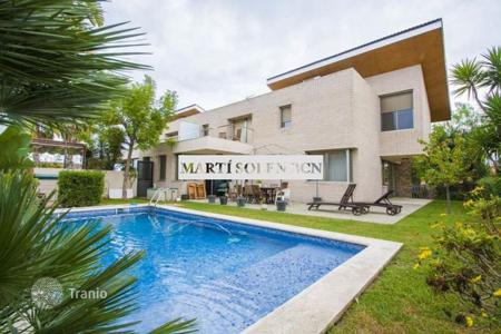 Coastal townhouses for sale in Costa Dorada. Terraced house – Cambrils, Catalonia, Spain