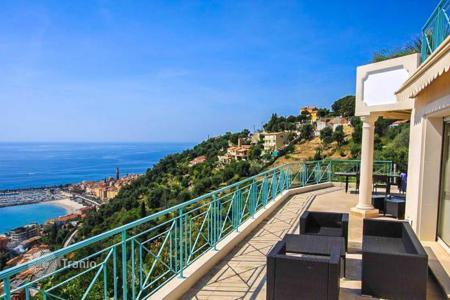 Luxury houses with pools for sale in Menton. Modern villa in the hills of Menton