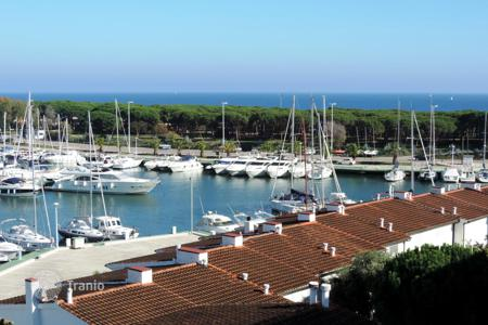 5 bedroom apartments for sale in Costa Brava. Spectacular penthouse benefiting from gorgeous sea and marina views. Very close to the beach