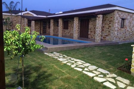 Houses with pools for sale in Ayioi Trimithias. 3 Bedroom Detached House in Agious Trimithias