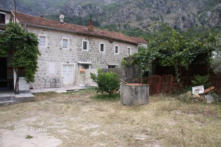 5 bedroom houses by the sea for sale in Kotor. Old stone, 142 m² house for sale in Risan. it has a sea view and it sits on the 543 m² plot of land