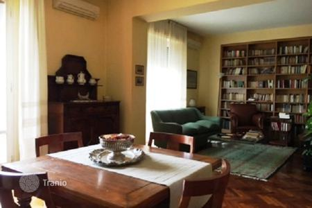 Apartments for sale in Tuscany. Apartment with a balcony, in tip-top condition, in the center of Florence, Italy. Excellent investment opportunities!